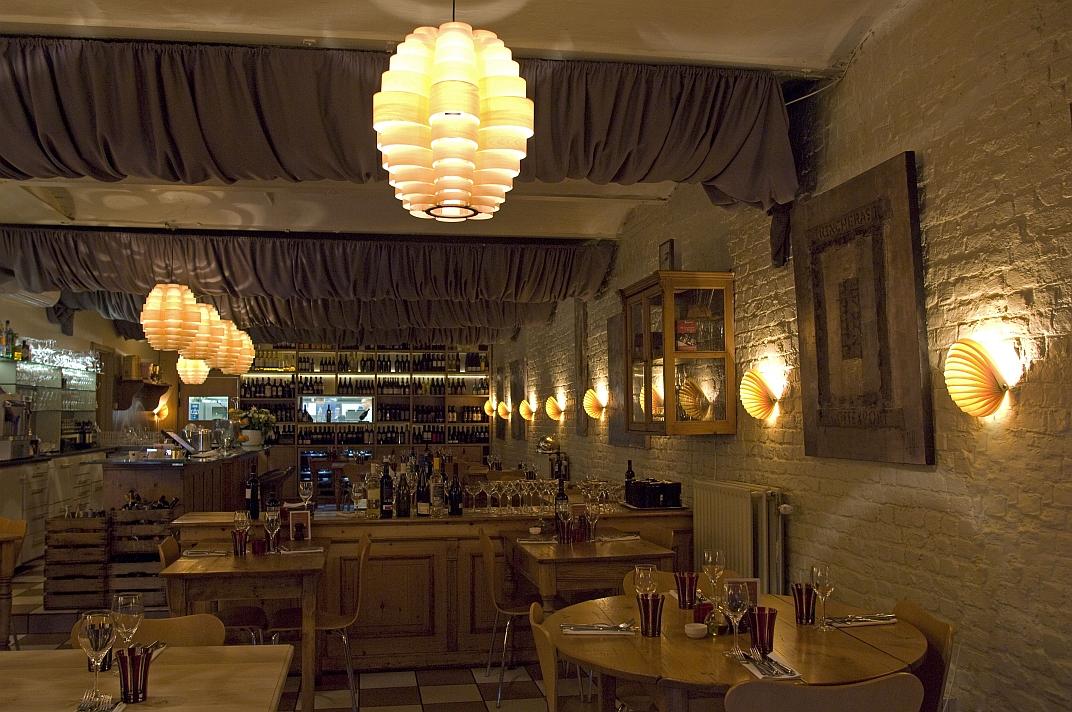 Passion 4 wood het verschil in aalst grote zaal nautilus wand verlichting en glow houten pendel - Restaurant decoratie ...